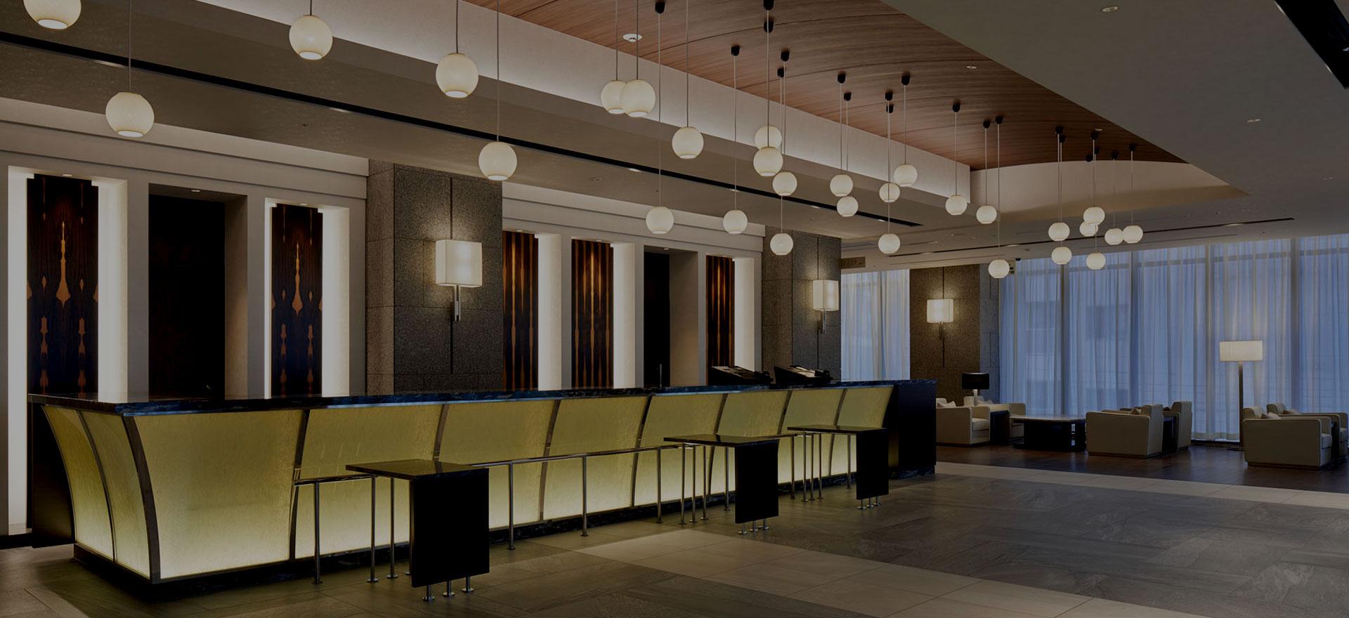 ロビー天井からの優しい照明は、舞い降りる雪をイメージ。奥にはビジネスラウンジが設置され、お仕事でのご利用も快適に。