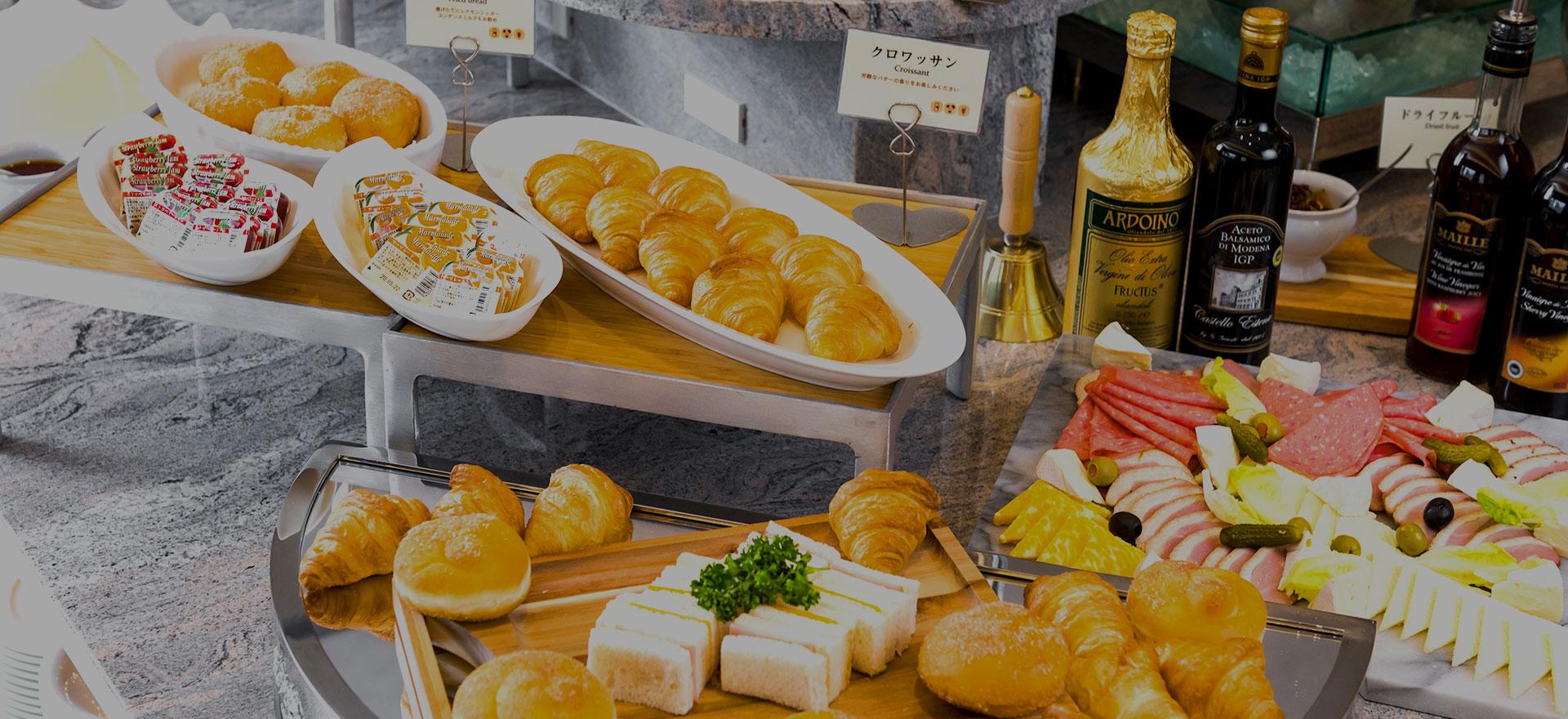 朝からうれしくなる種類豊富な朝食ブッフェや、全国ご当地メニューのランチセットをご用意。